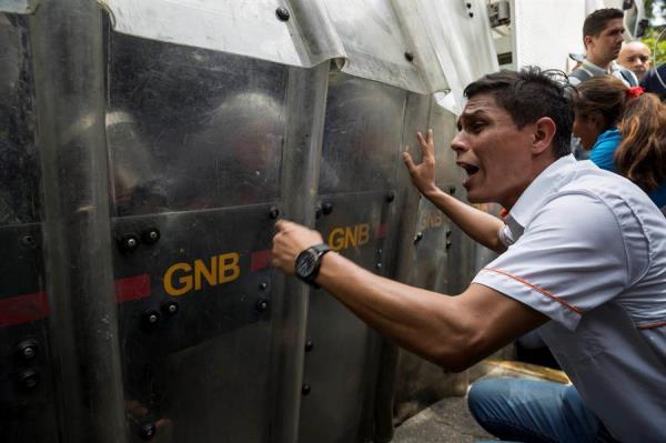 Fuerzas de seguridad de Venezuela impiden protesta opositora contra apagones