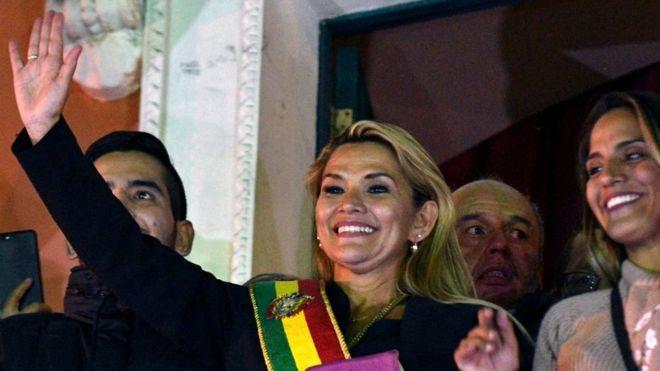Jeanine Áñez asume la presidencia de Bolivia de forma interina