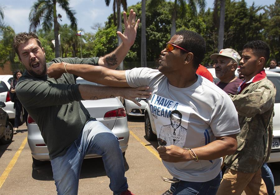 Personal diplomático de Guaidó dejó embajada por seguridad