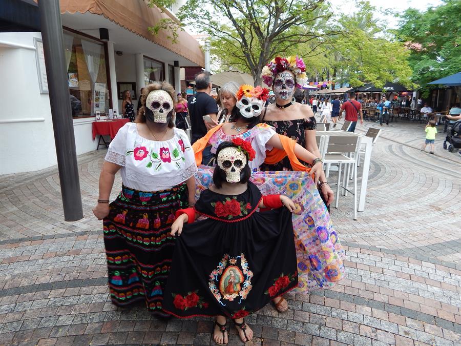 El Día de Muertos llega tarde pero colorido y musical a Coral Gables