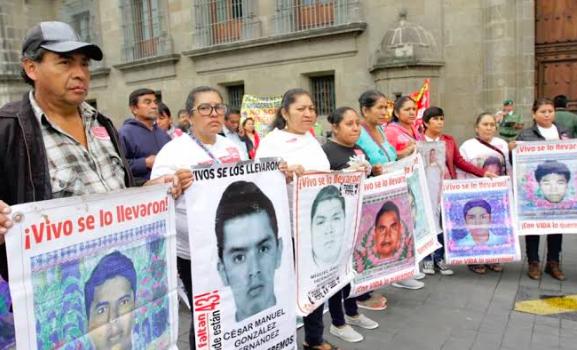 """Padres de Ayotzinapa no descartan """"subir de tono"""" su movilización en México"""