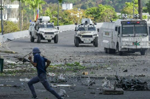 Policía y estudiantes se enfrentan durante protesta espontánea en Venezuela