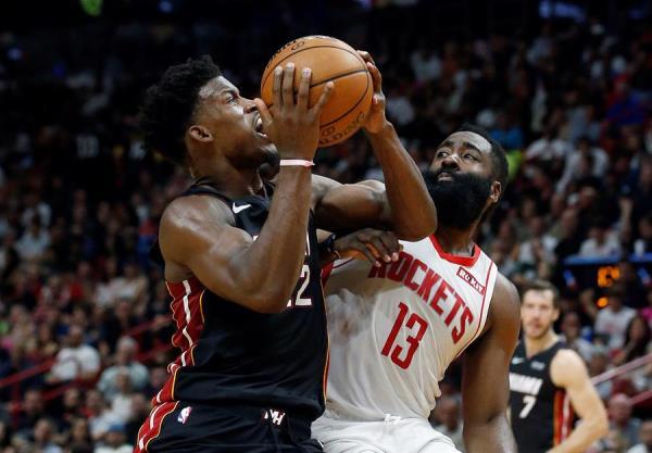 El novato Robinson lidera paliza de Heat a Rockets