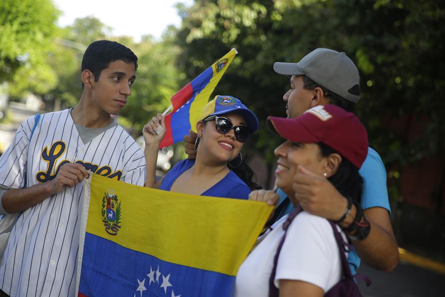 Venezolanos en El Salvador piden a diplomáticos no acatar la orden de Maduro