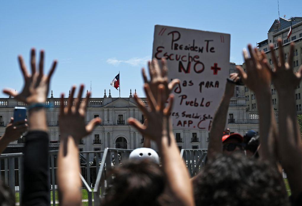 Miles de chilenos se adhieren al llamado a huelga general