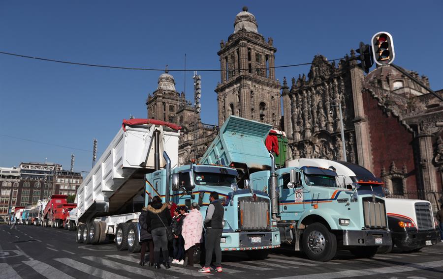 Transportistas bloquean la capital mexicana por obras del nuevo aeropuerto