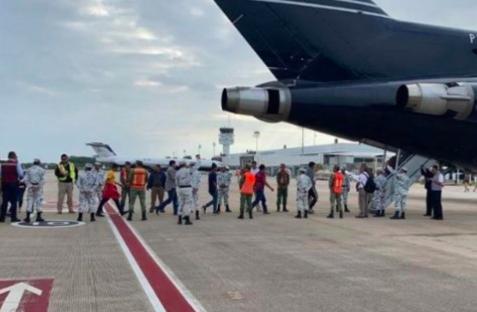 Deportan a 240 hondureños en dos aviones desde México