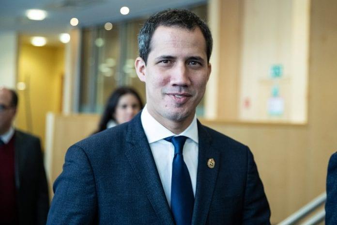 Expresidentes socialistas españoles discrepan sobre trato a Guaidó