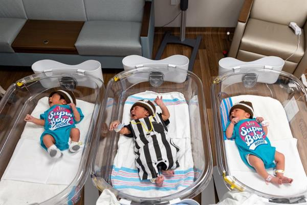 Los bebés son hinchas del Super Bowl en Miami
