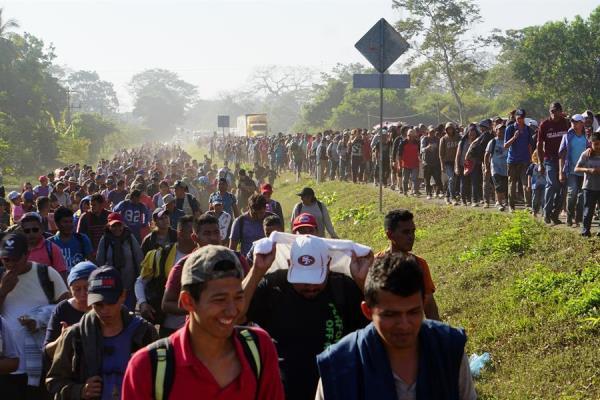 Caravana migrante entra de forma irregular a México pero promete orden