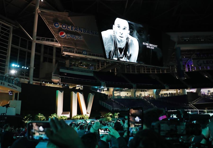 "Kobe Bryant recibe homenaje de la NFL en la ""Opening Night"" Super Bowl LIV"