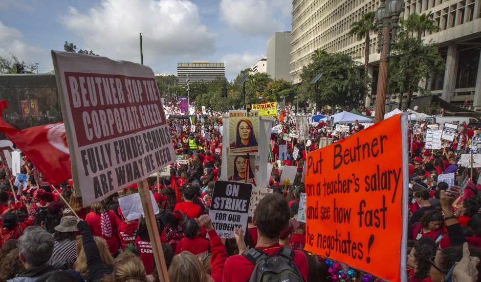 Miles de maestros de Florida protestan por mejoras en los salarios