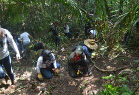 Familiares de desaparecidos escarban en busca de fosas clandestinas en México
