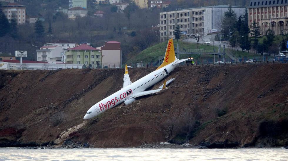 Avión de pasajeros se sale de la pista de aterrizaje y se rompe en Turquía