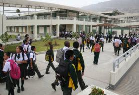 Perú posterga clases escolares y aislará a viajeros