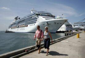 Evacuan a tripulantes de dos cruceros en Miami con síntomas de COVID-19