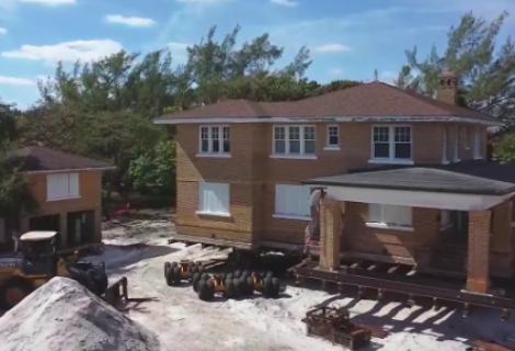 En Florida trasladan completa una mansión de 94 años y 450 toneladas