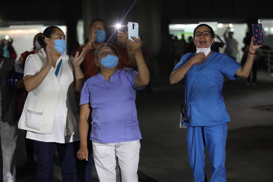 Vecinos de un hospital aplauden a sus médicos en el DF mexicano