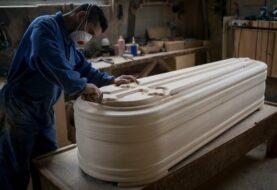 Fabricantes españoles de ataúdes están desbordados de trabajo