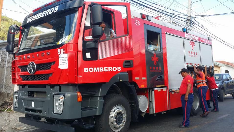 Bomberos dominicanos mojarán a los infractores del distanciamiento físico