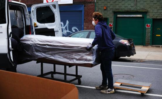 Nueva York pagará a familias de trabajadores esenciales muertos por COVID-19