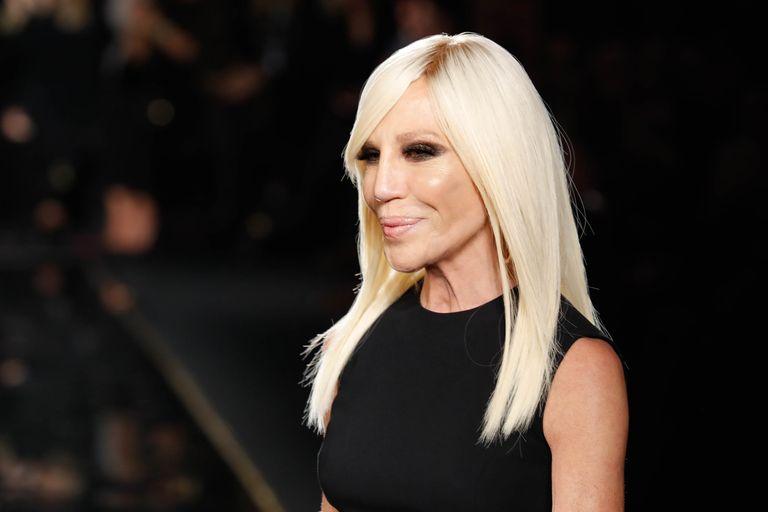 Donatella Versace cumple 65 años entre triunfos y cicatrices