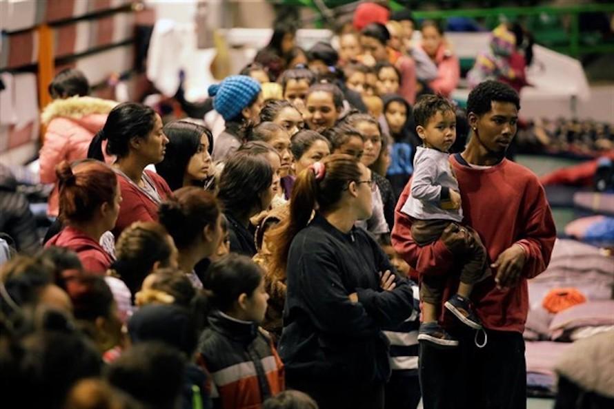 Jueza ordena evaluar liberación de inmigrantes en Florida por COVID-19