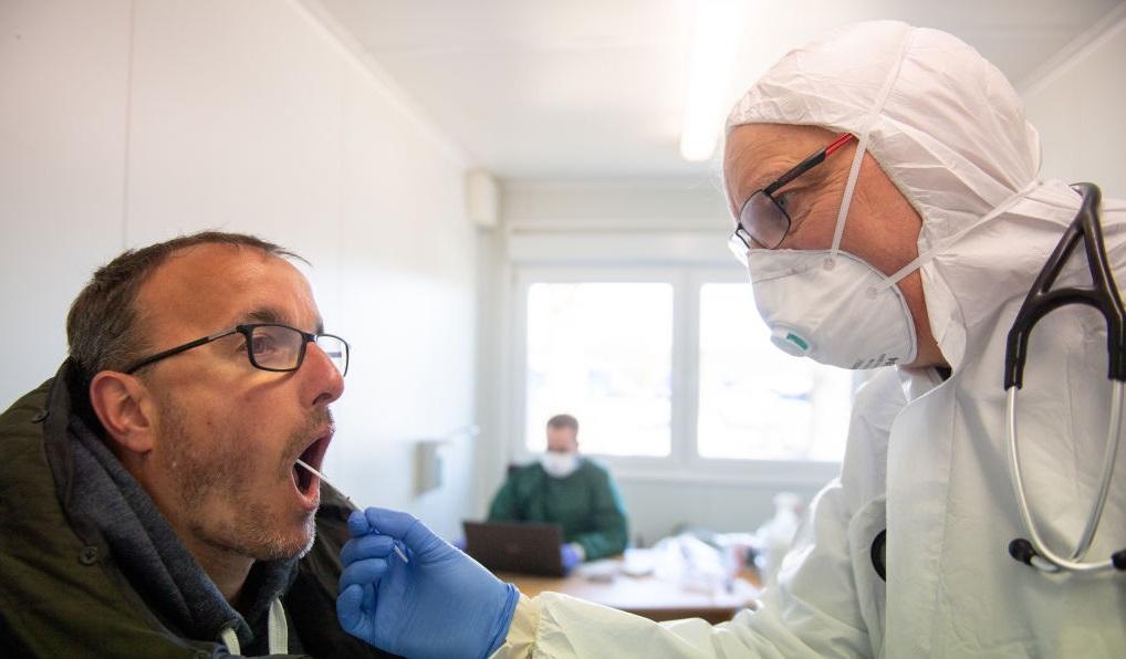 Pastilla para espesar saliva podría reducir riesgo de contagio de COVID-19