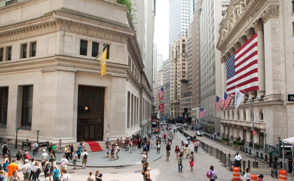 Wall Street retoma actividad con solo cuarta parte de corredores