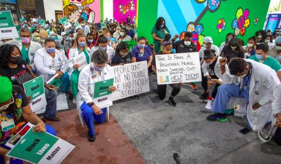 De rodillas, los médicos y enfermeras de Miami honran a Floyd