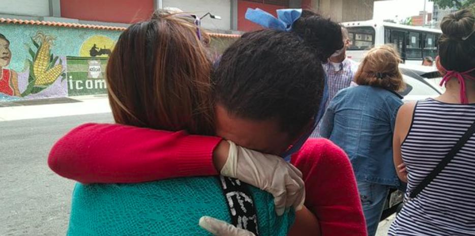 Liberan periodista Carol Romero que grabó en Caracas el suministro de gasolina