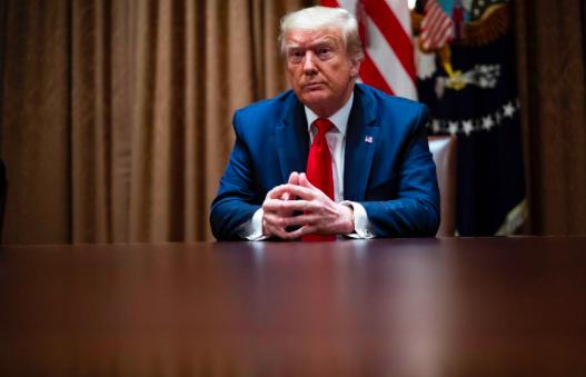 """Trump desea vetar técnica """"inocente"""" de inmovilizar a detenidos por el cuello"""