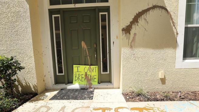 Dos mujeres fueron arrestadas por daños a la casa del policía asesino de Floyd
