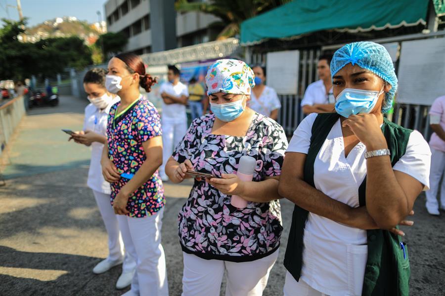 Médicos y enfermeras protestan por descuentos salariales
