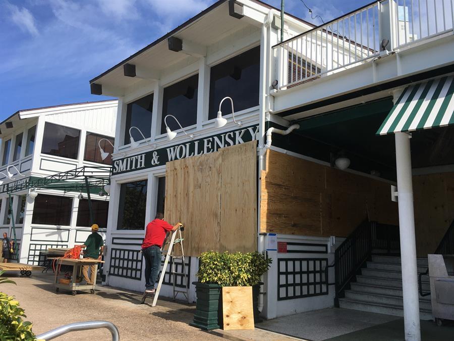 Miami refuerza vigilancia en restaurantes ante aumento de COVID-19