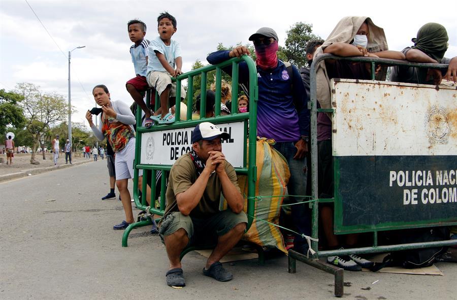 Primeros 300 venezolanos salen de campamento colombiano para volverse
