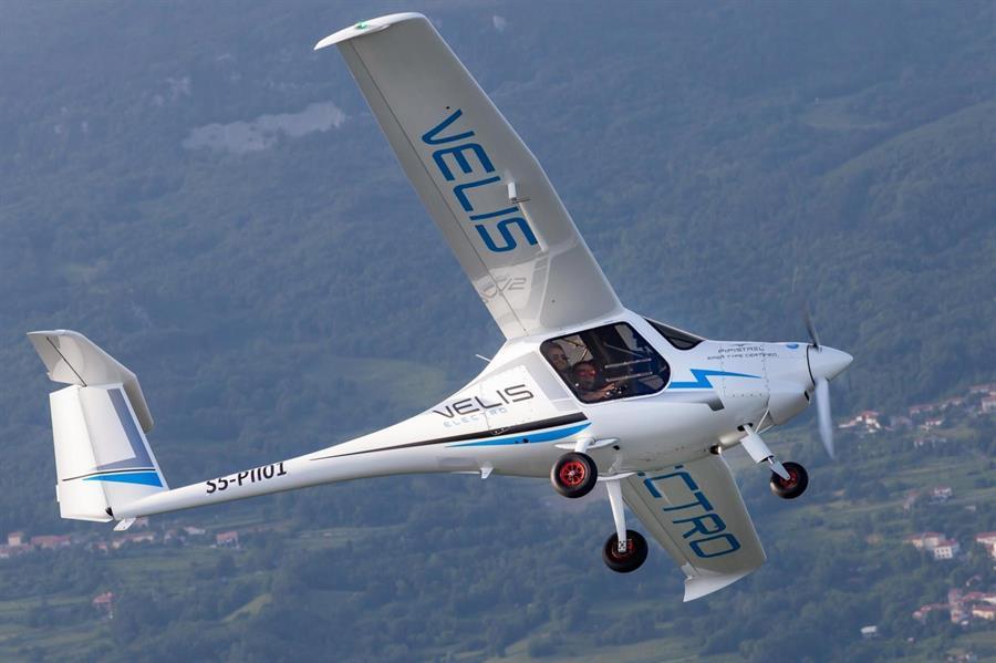 Velis Electro, el primer avión eléctrico certificado empieza a volar