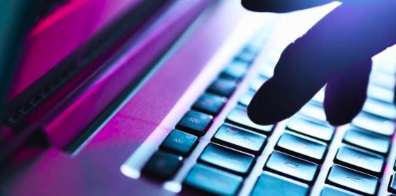EE.UU. acusa a dos hackers chinos de robar datos de la vacuna del COVID-19