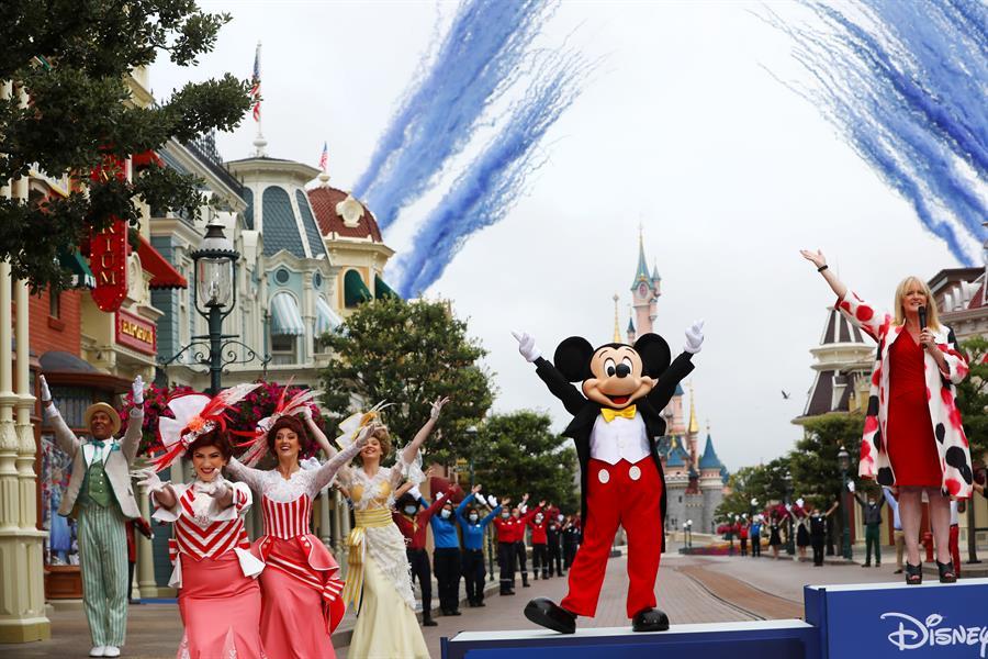 Disneyland París reabre tras la pandemia con mascarilla