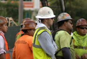 Gobernador firma ley para revisar estado migratorio a trabajadores en Florida