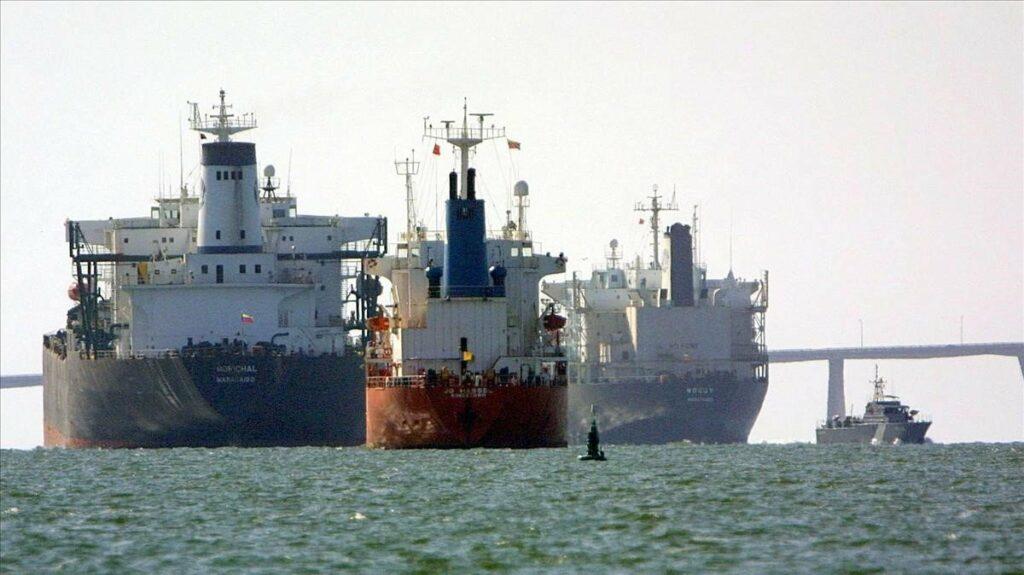 Maduro elude sanciones con buques petroleros según agencia de noticias