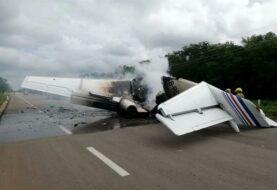 Avioneta venezolana con droga aterriza y es incendiada en una carretera de México