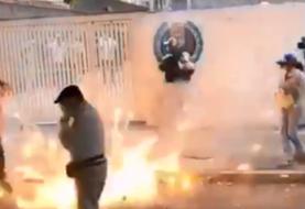 Opositores venezolanos y colectivo chavistas se enfrentan en la sede de AD