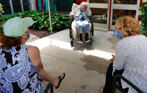 Expertos recomiendan en Florida reabrir los asilos de ancianos a visitantes