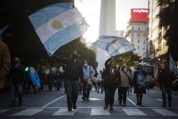 Miles de argentinos marchan contra el Gobierno de Fernández