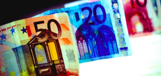 El euro se mantiene tras datos débiles de la eurozona y buenos de EEUU