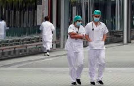 España autoriza contratar a sanitarios extranjeros para combatir la pandemia