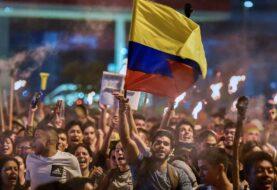 Colombianos comienzan protestas a la sombra de las violencia