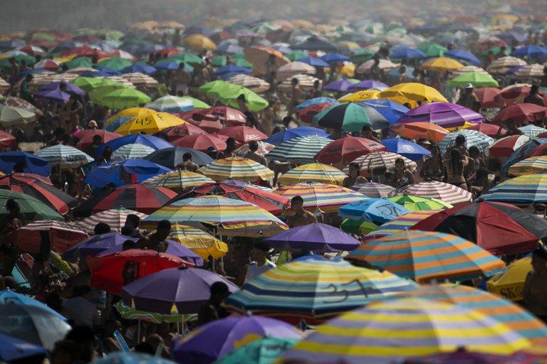 Las playas vuelven a llenarse en un Brasil en plena pandemia