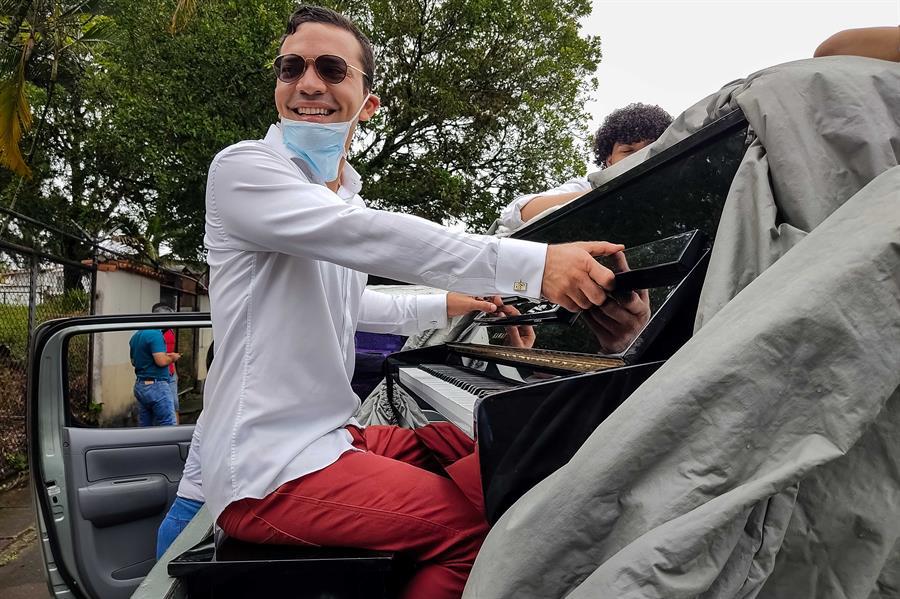 Pianista lleva su música a contagiados de COVID-19 en el oeste de Venezuela